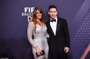 300D4C4E00000578-3394303-Messi_poses_for_a_photo_alongside_long_term_partner_Antonella_Ro-a-8_1452536463331